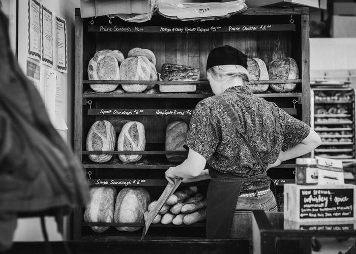 Komt een vrouw bij de bakker